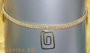 Naszyjnik, srebrne tło