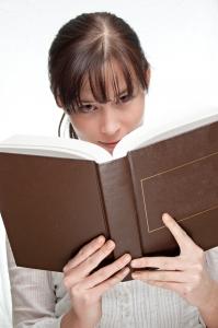 Czyta książkę